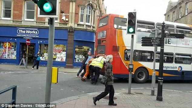 Пассажиры толкают автобус