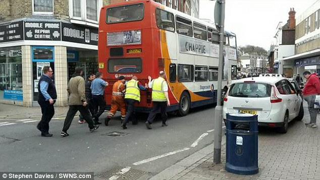 Люди толкают автобус